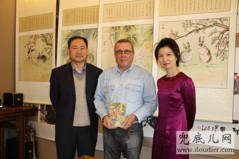 Artistic Director GAO runxiang presented French guest his writing of Young Zhugeliang at YANGDU